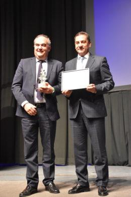Andrés Hernando (Hiperbaric) recibiendo el premio