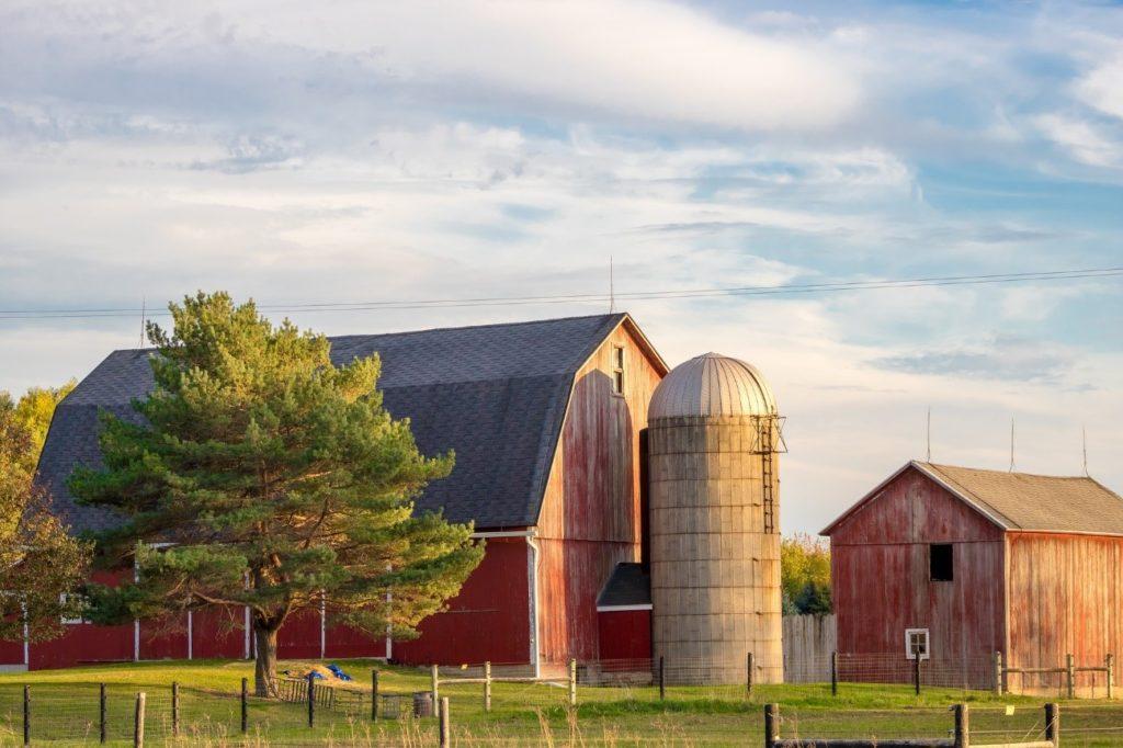 Granja con silo en USA. Foto de Renee Gaudet, Pixabay